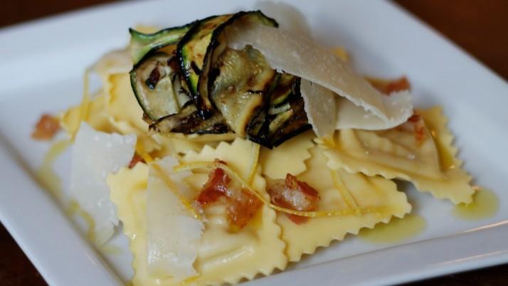 Ravioli con zucchine grigliate e limone